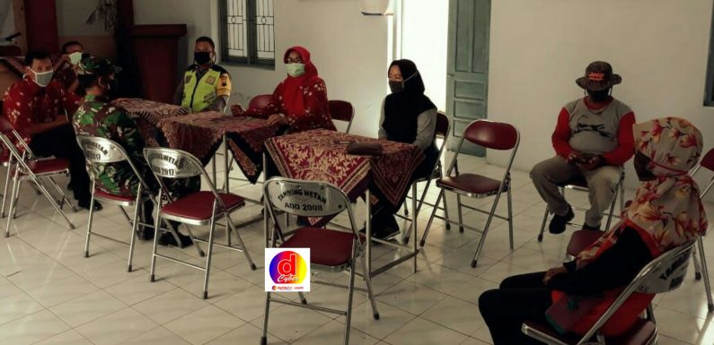 Camat Kalikotes Dan Kepala Desa Tambong Wetan Membahas Dalam Forum Rapat Terbuka Untuk Mengantisipasi Dan Mencegah Penyebaran Covid-19