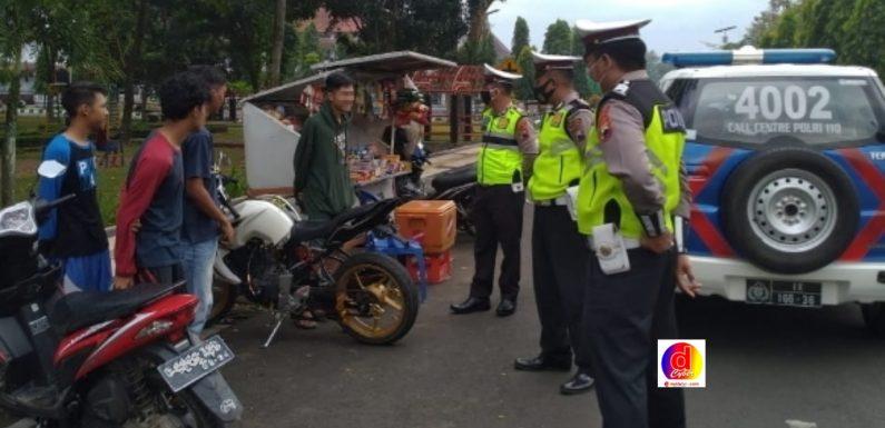 POLISI AJAK MASYARAKAT PATUHI PERATURAN LALU LINTAS DAN PROTOKOL KESEHATAN UNTUK CEGAH COVID 19