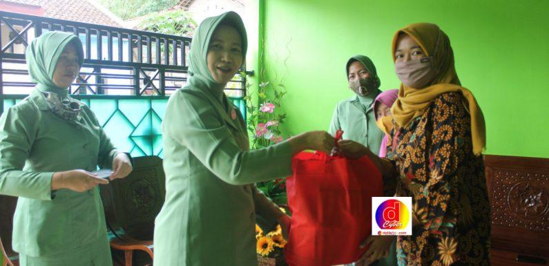 Ketua Persit Kartika Candra Kirana Cabang XLIX Kodim 0728/Wonogiri Jenguk Anak Anggota Yang Sakit