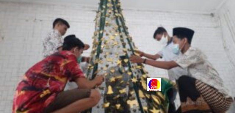 Indahnya Toleransi, Pemuda Lesbumi NU Bantu Hias   Pohon Natal di Madiun
