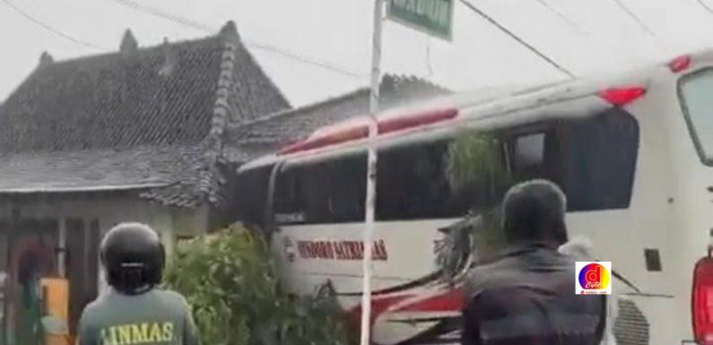 Diduga Sopir Bus Tidak Hafal Jalan Magetan, Bus Tubruk Sebuah Rumah Warga