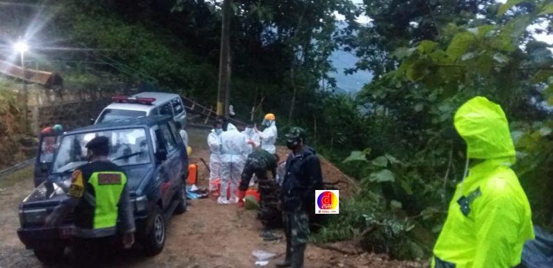 Anggota TNI-Polri Kecamatan Tirtomoyo Kawal Pemakaman Jenazah Dengan Protokol Kesehatan