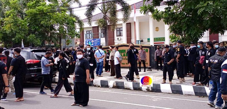 Ratusan Massa PSHT Karanganyar Kawal Sidang Perdana Agus Agus Pramono Jati