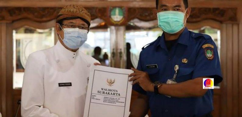 Wakil Walikota Surakarta Serahkan Kartu Karip kepada 31 ASN Yang Akan Purna Tugas