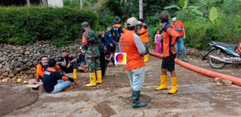 Gotong Royong Tim Relawan Penyedotan Genangan air Banjir