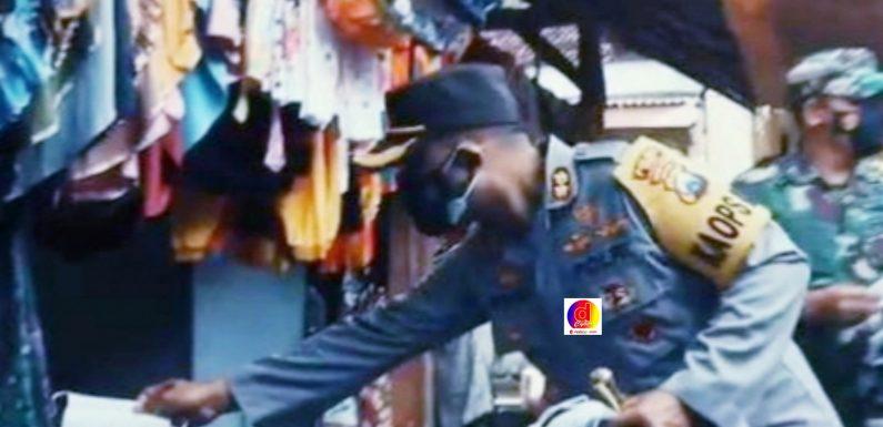 Kapolres Ngawi Bersama Dandim 0805 Ngawi Bagikan Masker Di Pasar Manggung