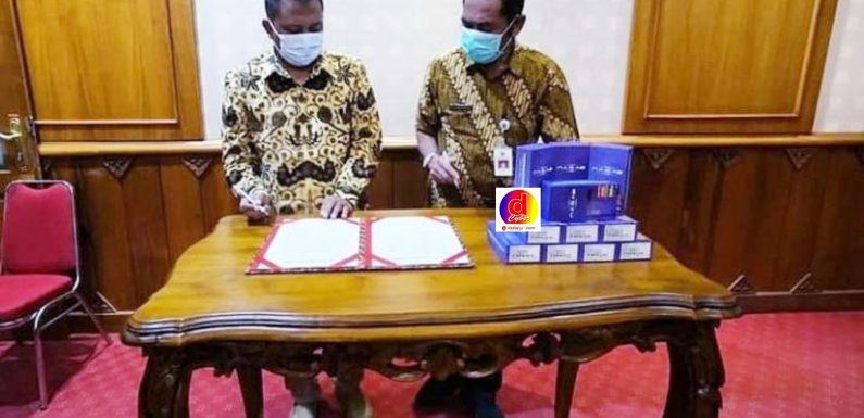 Walikota Surakarta Terima Bantuan 11 unit HP dari Anggota DPRD Kota Surakarta Fraksi PDIP