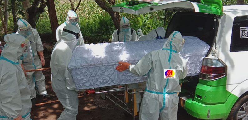 Babinsa Kerjo Lor Dampingi Pemakaman Warga Dengan Prosedur Covid-19