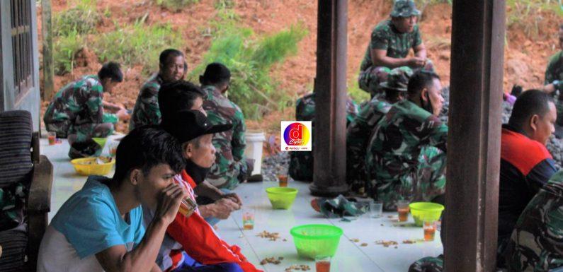 Kebersamaan TNI Bersama Masyarakat Desa Brenggolo Dalam Program TMMD Reguler