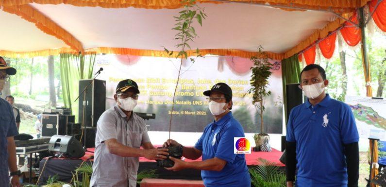 Rektor UNS  Bersama Bupati Karanganyar dan Ust. Yusuf Mansur Tanam Bibit Pohon