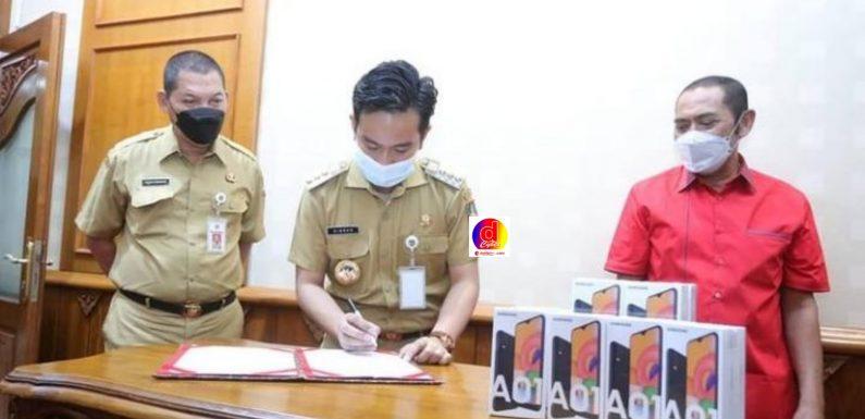 Walikota Surakarta Terima Bantuan 150 unit HP dari DPC PDIP Surakarta