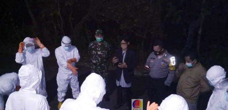 Koramil 14/Jatisrono Beserta Polsek Dampingi Pemakaman Jenazah Dengan Standar Covid-19