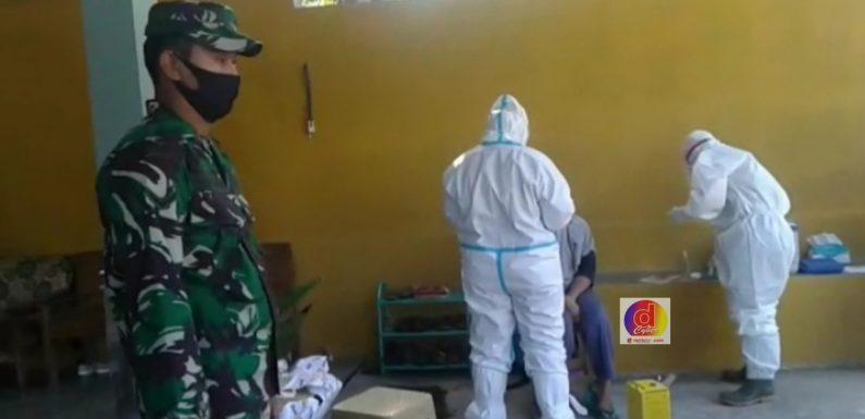 Koramil 07/Tirtomoyo Terjunkan Anggotanya Dampingi Nakes Laksanakan Swab Test