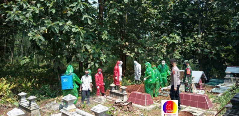 Babinsa Dan Bhabinkamtibmas Monitoring Pemakaman Jenazah Dengan Standar Covid-19