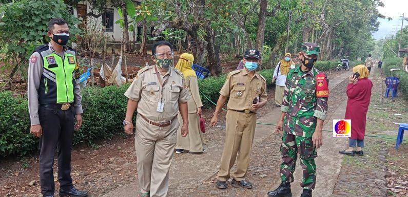 Babinsa Desa Gedong Monitoring Pemakaman Jenazah Warga Binaannya Dengan Standar Penanganan Covid-19