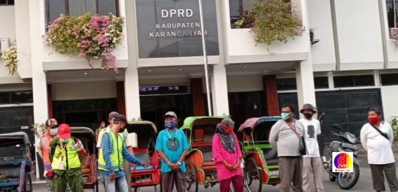 Indahnya Berbagi Kasih : Tiga Pimpinan DPRD Karanganyar Berbagi Pada Sopir Becak, Tukang Parkir, Pemulung Serta Ojek Online