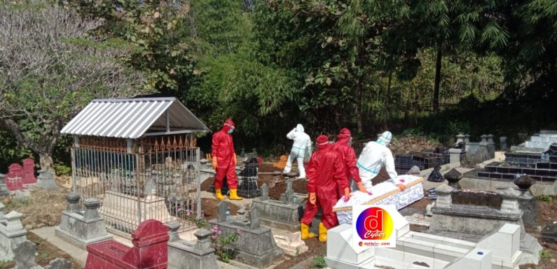 Babinsa Purwantoro Bersama Bhabinkamtibmas Dampingi Pemakaman Jenazah Dengan Standar Penanganan Covid-19