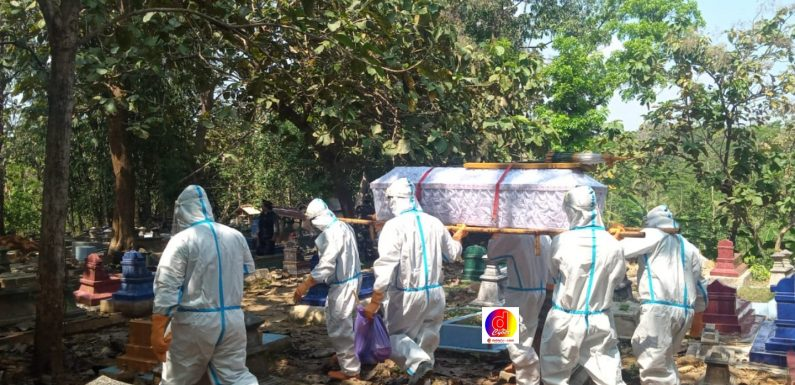 Babinsa Ngadirojo Lor Dampingi Pemakaman Warga Dengan Standar Penanganan Covid-19