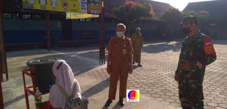 Pastikan PTM Sesuai Prokes, Babinsa Koramil 03/Ngadirojo Sambangi Sekolah-Sekolah