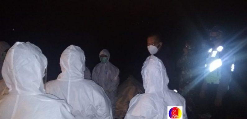Anggota Koramil Dan Polsek Jatisrono Dampingi Pemakaman Warga Dengan Prosedur Penanganan Covid-19
