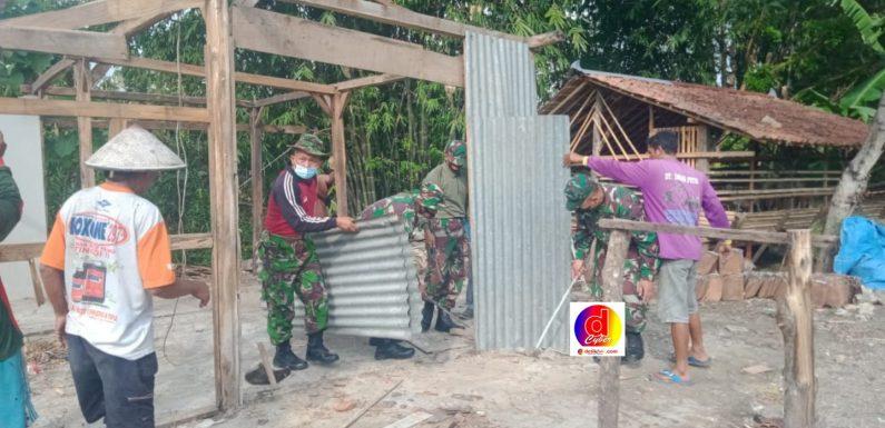 Wujud Kemanunggalan TNI-Rakyat, Koramil 12/Eromoko Gotong-Royong Rehab Rumah Warga
