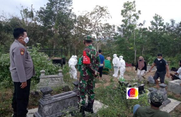 Warga Meninggal Karena Covid-19, Anggota Koramil 24/Puhpelem Kawal Proses Pemakamannya